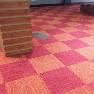 نصب شده طرح زیبا قرمز و نارنجی موکت تایل فرانسوی Tecsom در فروشگاه فرش و موکت تایل هفت تیر